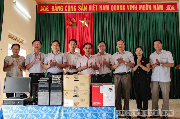 Trao quà hỗ trợ phường Tân Giang xây dựng đô thị văn minh