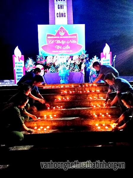 Hàng trăm đoàn viên thanh niên thắp nến tri ân các liệt sỹ tại nghĩa trang Nầm - Hương Sơn.