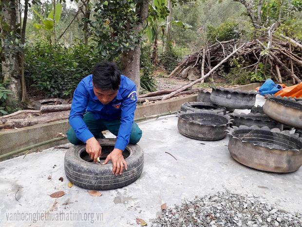Chàng trai biến lốp xe cũ thành chậu trồng hoa lãng mạn