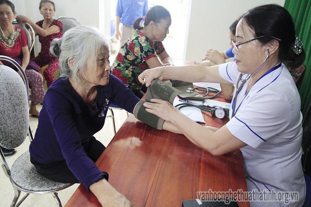 Khám bệnh, cấp thuốc miễn phí tại phường Thạch Linh