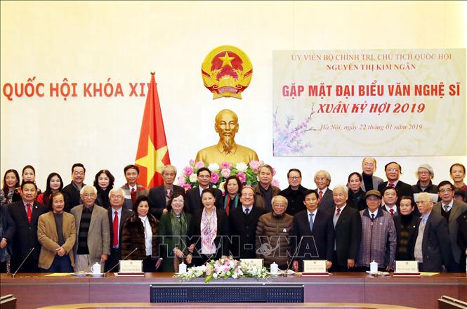 Chủ tịch Quốc hội Nguyễn Thị Kim Ngân gặp mặt các đại biểu văn nghệ sĩ