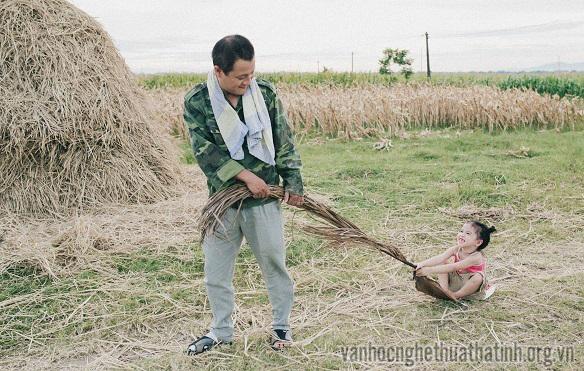 Cực đáng yêu bộ ảnh ra đồng của hai cha con người Hà Tĩnh