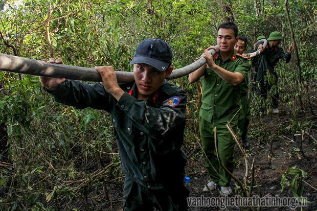 Chùm ảnh của tác giả Đậu Hà về cháy núi Hồng