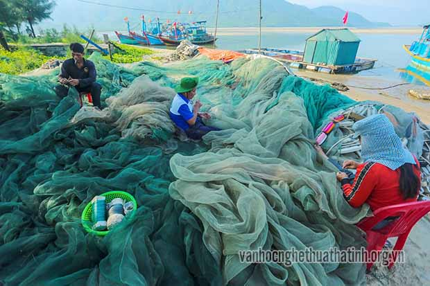 Nghề vá lưới ở ven biển cửa khẩu Kỳ Ninh