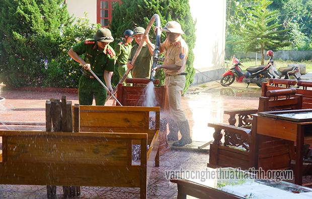 Công an Hương Sơn giúp nhân dân ổn định sau mưa lũ