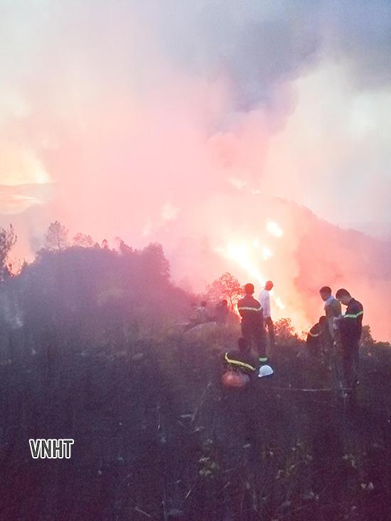 Công an Hà Tĩnh trắng đêm dầm mình giữa biển lửa cứu rừng