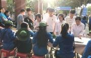 Tình nguyện viên Hà Tĩnh tiếp sức cho sỹ tử trong ngày thi đầu tiên